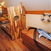 Kinderkamer met een stapelbed en een piraat borst
